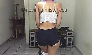 Novinha shortinho jogando video game e exibindo - Teen brazilian play game and showw