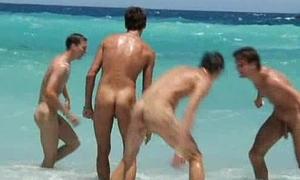 Amigos divirtiendose en la playa