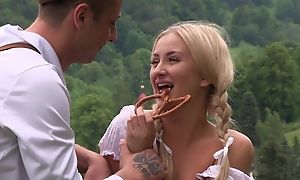 Fabulous country girl gets nicely fucked in the field