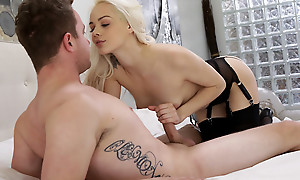 Cum vitalized blonde Elsa Jean blindfolds her follower groupie and sucks his dick forwards pompously him a stiffie ride concerning her bald pussy